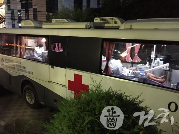 이동치과버스에서의 진료 장면(제공=서울시립십대여성건강센터 나는봄)