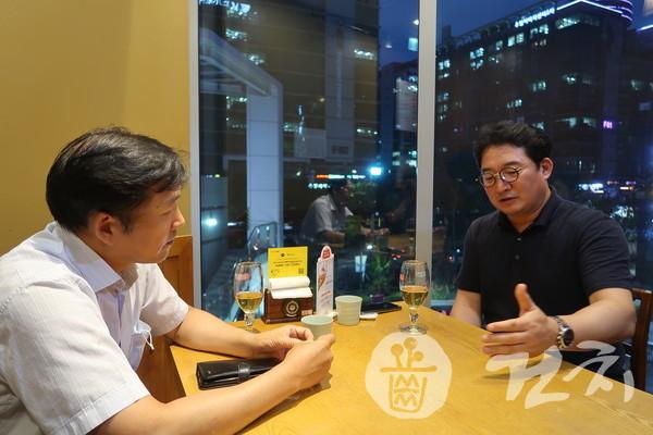 본지 김동근 전무이사(왼쪽)와 덴오믹스 허대욱 대표
